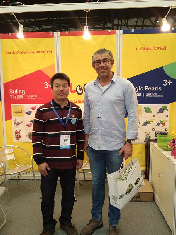 乐为美术积木参展2015中国玩具展,E2H25展位,乐为与国际买家合影