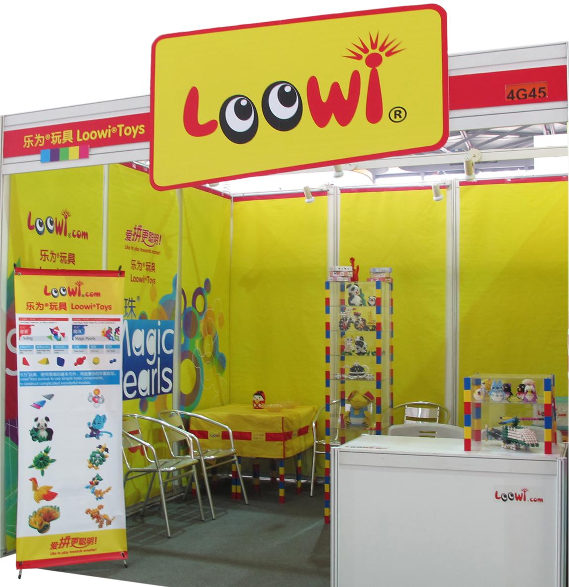 有感于2012中国玩具展----益智亲子DIY艺术创意玩具面面观 龙年,金秋气爽,万商云集浦东,玩具参展拓商机,思想交流织新意。 2012年10月9日下午,上海新国际博览中心N4馆4G45展位,Loowi乐为公司一行四人谈笑间用了3个多小时就早早布置好展位。乐为是一家富有创新精神的公司,在展位的设计上也显示出其独到之处: 经济型品牌楣头 卷轴式展位背景(九轴背景图分挂于左、中、右九米宽展板,携带方便,循环使用) 便携式专用展柜(可组装及可拆解,携带方便,循环使用) 折叠式乐为